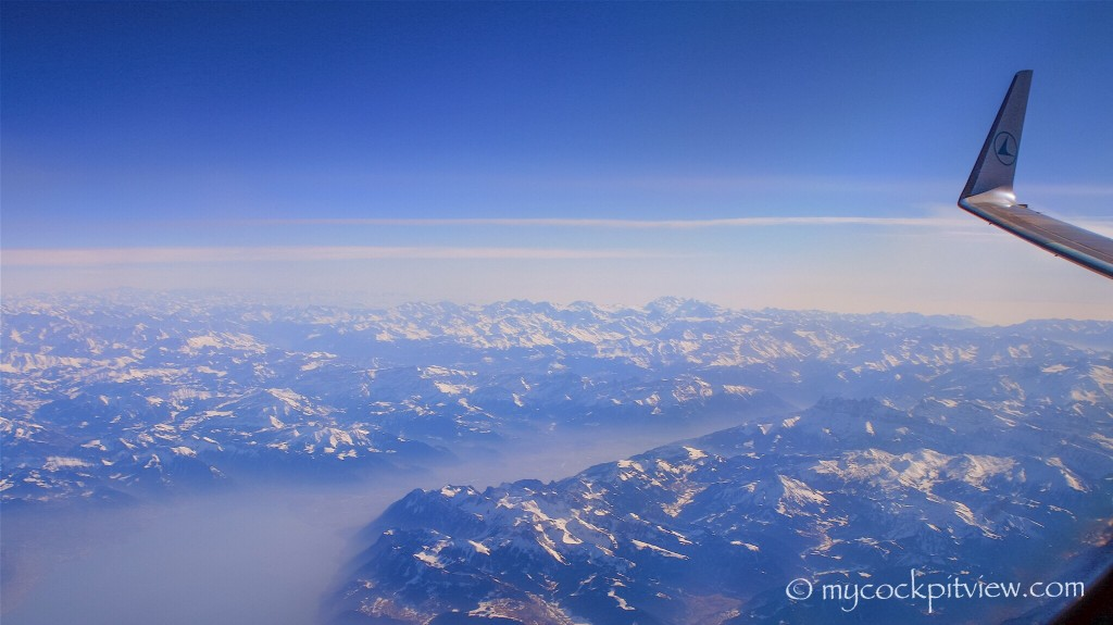 Flying level 410 over the Alps. Luxair Boeing 737. Mycockpitview